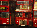Travelers on Traditional Red Buses in London Fotografisk tryk af Paul Chesley