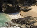 Couple on Halona Beach on Oahu, Hawaii Fotografisk tryk af Charles Kogod