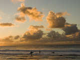 Two Surfers Enter the Pacific Ocean as the Sun Sets in Hawaii Fotografisk tryk af Charles Kogod