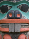 Totem at the University of Alaska's Native Art Collection Fotografisk trykk av Michael Melford