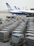 United Airlines Cargo Containers are Lined Up at Tokyo Narita Airport Fotografisk trykk av  xPacifica