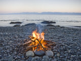 Beach Fire on the Shores of Vancouver Island Fotografisk tryk af Taylor S. Kennedy