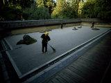 Men Rake the Famous Rock Garden at the Zen Ryoanji Temple Fotografisk tryk af Paul Chesley
