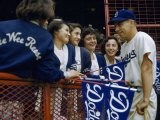 Baseball Fans Talk to Brooklyn Dodgers' Shortstop Pee Wee Reese Fotografisk trykk av B. Anthony Stewart