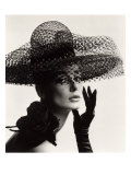 Tania Mallet in a Madame Paulette Stiffened Net Picture Hat, 1963 Giclee-trykk av John French