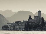 Veneto, Lake District, Lake Garda, Malcesine, Lakeside Town View, Italy Fotografisk trykk av Walter Bibikow
