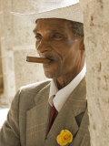 Havana, Cuban Man, Plaza De La Catedral, Havana, Cuba Fotografisk tryk af Paul Harris