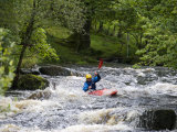 Gwynedd, Bala, White Water Kayaking on the Tryweryn River at the National Whitewater Centre, Wales Impressão fotográfica por John Warburton-lee