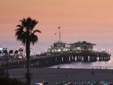 California, Los Angeles, Santa Monica, Santa Monica Pier, Dusk, USA Fotografisk tryk af Walter Bibikow