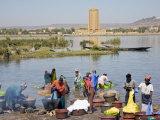 Bamako, Dyeing and Rinsing Cotton Cloth on the Bank of the Niger River Near Bamako, Mali Fotografisk trykk av Nigel Pavitt