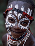 Young Karo Girl Shows Off Her Attractive Make Up, Omo River, Southwestern Ethiopia Impressão fotográfica por John Warburton-lee
