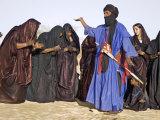 Timbuktu, A Group of Tuareg Men and Women Sing and Dance Near their Desert Home, Mali Lámina fotográfica por Nigel Pavitt