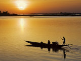 Mopti, at Sunset, a Boatman in a Pirogue Ferries Passengers across the Niger River to Mopti, Mali Reproduction photographique par Nigel Pavitt