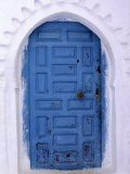 Chefchaouen Blue Door and Whitewashed Walls - Typical in Rif Mountains Town of Chefchaouen, Morocco Reproduction photographique par Andrew Watson