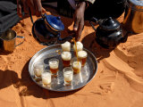 Tuareg Pouring Tea, Sebha, Ubari, Libya, North Africa, Africa Fotografisk tryk af  Godong