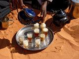 Tuareg Pouring Tea, Sebha, Ubari, Libya, North Africa, Africa Fotografie-Druck von  Godong