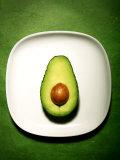 Half an Avocado on a White Plate Lámina fotográfica por Tina Chang