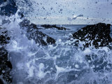 Waves Crash on the Shore in a Close-up View of the Ocean Fotografisk trykk av Jim Richardson