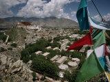 Prayer Flags Above the City of Lhasa and the Potala Palace Fotografisk trykk av Lynn Johnson