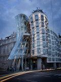 Dancing House (Fred and Ginger Building), by Frank Gehry, at Dusk, Prague, Czech Republic Fotografisk trykk av Nick Servian