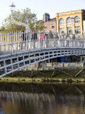 Ha' Penny Bridge on the Liffey River, Dublin, Republic of Ireland, Europe Fotografisk tryk af Oliviero Olivieri