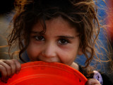 Afghan Refugee Child Who Lives in Slum Area of Lahore City in Pakistan Waits to Get Water Impressão fotográfica