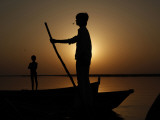 Boatman Prepares to Anchor His Boat, after the Day's Work in River Ganges, in Allahabad, India Impressão fotográfica