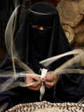 Saudi Woman Works to Demonstrate Her Craft as She Makes a Cane Box at a Fair in Riyadh Lámina fotográfica
