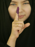 Young Girl Shows Her Inked Finger, Even Though She Was Too Young to Vote, in Karbala, Iraq Lámina fotográfica