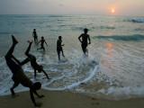 Sri Lankan Tsunami Survivors Play at Akurala Beach Close to their Temporary Shelters Lámina fotográfica