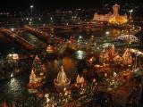 Hindu Devotees Gather to Bathe in River Ganges During the Kumbh Mela Festival in Haridwar, India Impressão fotográfica
