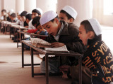 Students Read the Holy Quran During a Class in Herat, Afghanistan Lámina fotográfica