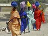 Chadian Refugees Walk Inside a Refugee Camp at the Border Town of Kousseri, Cameroon Lámina fotográfica