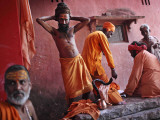 Hindu Holy Men Relax after Taking Holy Dip in River Ganges During the Kumbh Mela Festival in India Lámina fotográfica