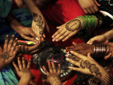 Christian Girls Paint their Hands with Henna Paste in Preperation for Easter Holiday in Pakistan Fotografisk tryk