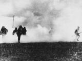 German Infantry in Action Wearing Gas Masks on the Western Front During World War I Fotografisk trykk av Robert Hunt