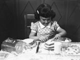 Girl (6-7) Spreading Butter on Slice of Toast Fotografisk tryk af George Marks