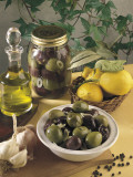 Close-Up of Olives with Garlic and a Bottle of Olive Oil Fotografie-Druck von P. Martini