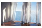 Lichtinval tussen de gordijnen met zicht op zee, titel: Blues Come Through Kunst van Alice Dalton Brown
