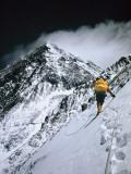 Climbers, 25,000 Feet Up, Push on Toward the Summit of Mount Everest Lámina fotográfica por Bishop, Barry