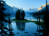 Scenic View of Maligne Lake in Jasper National Park in Canada Impressão em tela esticada por Raymond Gehman