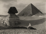 A Man Sits in Front of the Great Sphinx and Near the Cheops Pyramid Fotografisk tryk af Donald Mcleish