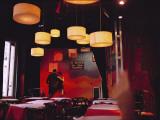 Ein Paar tanzt Tango in einem Club im Bezirk San Telmo Premium-Fotodruck von Pablo Corral Vega