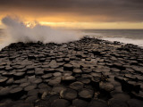 Surf Crashes onto the  Giant's Causeway Rocks Fotografisk trykk av Jim Richardson