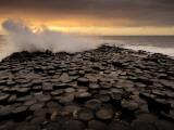 Surf Crashes onto the  Giant's Causeway Rocks Fotoprint av Jim Richardson