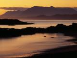 Sunset on the Mountains and Water at Long Beach on Vancouver Island Valokuvavedos tekijänä Raymond Gehman