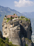The Agia Trias Monastery Located on One of the Meteora Peaks Fotografisk tryk af Richard Nowitz