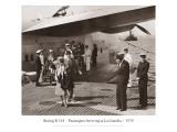 Boeing B314, arrivée des passagers à La Guardia, 1939 Autocollant mural par Clyde Sunderland