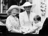 Queen Mother with Princess Diana and Prince William in an open carriage Fotografisk tryk