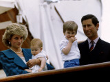 Prince Charles stands holding sons Prince William and Prince Harry with Princess Diana, Circa 1985 Fotografisk tryk